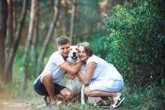 Szczęśliwa para przyszłość rodzice z zwierzęciem domowym Obraz Royalty Free