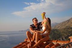 Szczęśliwa para relaksuje na hotelowym dachu zdjęcie royalty free