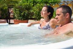 Szczęśliwa para relaksuje w gorącej balii wakacje obrazy royalty free