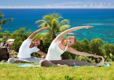 Szczęśliwa para robi joga ćwiczy outdoors Zdjęcie Royalty Free