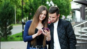 Szczęśliwa para robi online zakupy przez telefonu, wybiera towary, robi zakupom zbiory wideo