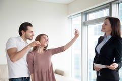 Szczęśliwa para robi selfie na smartphone seansu kluczach apartme Obraz Royalty Free