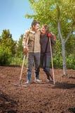 Szczęśliwa para rodzina rolnicy na ich ogródzie raduje się na a Obrazy Royalty Free
