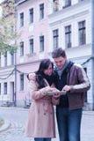 Szczęśliwa para sprawdza ich pastylka komputer osobistego zdjęcia stock