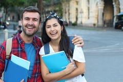 Szczęśliwa para studenci uniwersytetu outdoors obraz royalty free