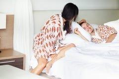 szczęśliwa para sypialni Zdjęcie Royalty Free