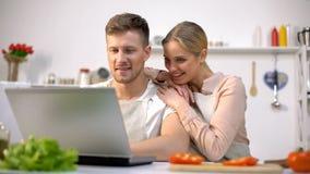 Szczęśliwa para szuka wyśmienicie przepis w internecie, karmowy bloga wyszukiwać zdjęcie stock