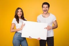 Szczęśliwa para trzyma białego sztandar z kopii przestrzenią obraz stock