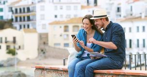 Szczęśliwa para turyści bierze selfies z smartphone zdjęcie wideo