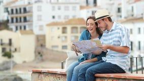 Szczęśliwa para turyści sprawdza mapę i kontempluje widoki zbiory