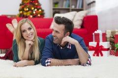 Szczęśliwa para w Bożenarodzeniowym czasie Zdjęcia Royalty Free