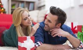Szczęśliwa para w Bożenarodzeniowym czasie Obraz Stock