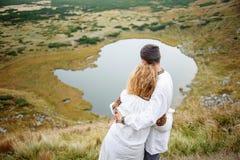 Szczęśliwa para w Carpathians górach Obrazy Stock