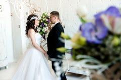 Szczęśliwa para w czarny i biały przygotowywającym dostawać zamężny obrazy stock