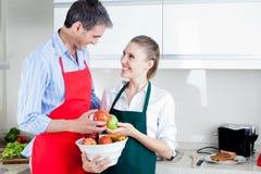 Szczęśliwa para w Kuchennym narządzania jedzeniu Zdjęcia Stock