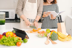 Szczęśliwa para w kuchni wpólnie Mężczyzna tnący warzywa i mak Zdjęcia Royalty Free