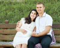 Szczęśliwa para w lata miasta parku plenerowym, kobieta w ciąży, jaskrawy słoneczny dzień i zielona trawa, piękni ludzie portretó Obrazy Stock