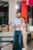 Szczęśliwa para w meblarskim sklepie zdjęcie stock