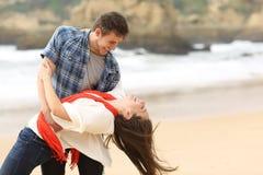 Szczęśliwa para w miłości żartuje na plaży fotografia royalty free