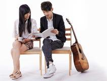 Szczęśliwa para w miłości czyta magazyn fotografia royalty free
