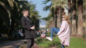 Szczęśliwa para w miłości ma zabawę Śliczna piękna kobieta z przystojnym mężczyzna w żakieta całowaniu Przeciw tłu zbiory wideo