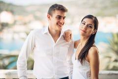 Szczęśliwa para w miłości na wakacje letni wakacje Odświętność wakacje, rocznica, zobowiązanie Kobieta śmia się przy dowcipem Zdjęcie Stock