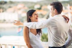 Szczęśliwa para w miłości na wakacje letni wakacje Odświętność wakacje, rocznica, zobowiązanie Kobieta śmia się przy dowcipem Fotografia Stock