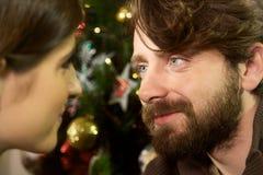 Szczęśliwa para w miłości patrzeje each innego zbliżenie przy boże narodzenie nocą Fotografia Royalty Free