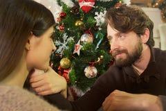 Szczęśliwa para w miłości patrzeje each inny przy boże narodzenie nocą Zdjęcie Stock