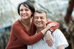 Szczęśliwa para w miłości pozuje outdoors Zdjęcia Stock