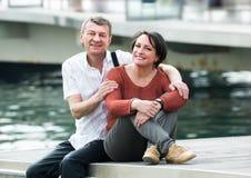 Szczęśliwa para w miłości pozuje outdoors wpólnie Obraz Royalty Free