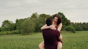 Szczęśliwa para w miłości zabawę w naturze Piękna młoda kobieta skacze w jej kochanek ręki Wolny mo, Steadicam strzał zdjęcie wideo