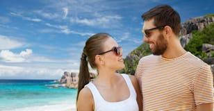 Szczęśliwa para w okularach przeciwsłonecznych na Seychelles wyspie zdjęcia royalty free