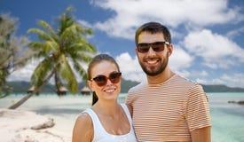 Szczęśliwa para w okularach przeciwsłonecznych outdoors w lecie obraz royalty free