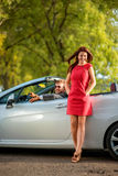 Szczęśliwa para w samochodzie Obrazy Royalty Free