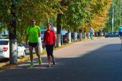 Szczęśliwa para w sportach nadaje się w alei miasto Fotografia Royalty Free