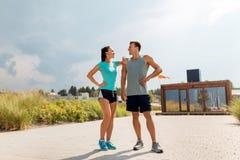 Szczęśliwa para w sportach odziewa outdoors Obraz Stock