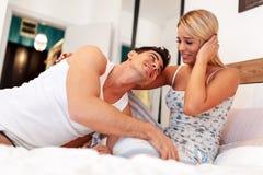 Szczęśliwa para w sypialni Obrazy Royalty Free