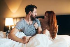 Szczęśliwa para w sypialni Fotografia Royalty Free