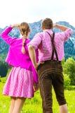 Szczęśliwa para w Alpejskiej łące obraz royalty free