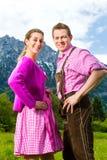 Szczęśliwa para w Alpejskiej łące zdjęcie stock