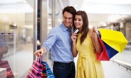 Szczęśliwa para w zakupy centrum handlowym fotografia stock
