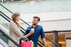 Szczęśliwa para wydaje czasu zakupy Fotografia Royalty Free