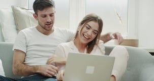 Szczęśliwa para wydaje uroczego czas wpólnie bawić się z each innym i ściska na notatniku ogląda coś i zbiory
