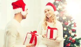 Szczęśliwa para wymienia boże narodzenie prezenty w domu Fotografia Royalty Free