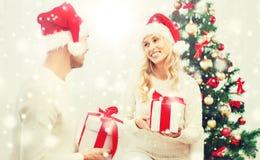 Szczęśliwa para wymienia boże narodzenie prezenty w domu Obraz Royalty Free