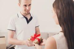 Szczęśliwa para wymienia prezenty, kopii przestrzeń Zdjęcia Royalty Free