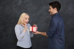 Szczęśliwa para wymienia prezenty, kopii przestrzeń zdjęcia stock