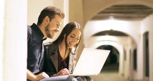 Szczęśliwa para wyszukuje laptop zawartość w nocy zdjęcie wideo