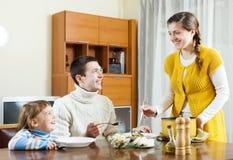 Szczęśliwa para z dzieckiem ma lunch Zdjęcia Royalty Free